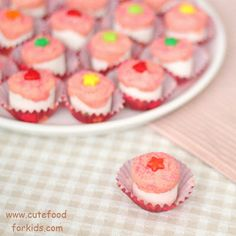 Cute Food For Kids?: Marshmallow Cupcakes - marshmallows dipped in melted candy melts, add some sprinkles & a candy & put the decorated marshmallow in a mini cupcake liner - brilliant & easy & cute! Marshmallow Cupcakes, Cute Cupcakes, Baking Cupcakes, Cute Snacks, Easy Snacks, Cute Food, Cake Pops, Just Desserts, Delicious Desserts