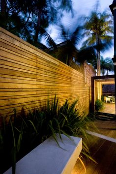 Sleek side garden and fence. Modern Wood Fence, Wood Fence Design, Modern Fence Design, Fence Landscaping, Backyard Fences, Modern Landscaping, Timber Battens, Get Off My Lawn, Rose House