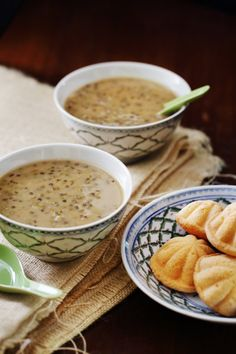 Bubur Kacang Hijau - Also known as sweet mung bean porridge, bubur kacang hijau is a traditional Malaysian dessert of mung beans, coconut milk and palm sugar. Check out this easy recipe for soul-satisfying goodness. Indonesian Desserts, Indonesian Cuisine, Asian Desserts, Asian Recipes, Indonesian Recipes, Sweet Recipes, Healthy Recipes, Malaysian Cuisine, Malaysian Food