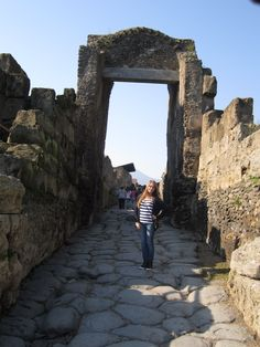 The entrance of the city (Pompeii) .