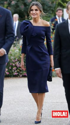 Doña Letizia listens to the critics and approaches Hollywood with her latest looks Looks Chic, Queen Letizia, Quinceanera Dresses, Royal Fashion, Peplum Dress, Navy Dress, Beautiful Dresses, Fashion Dresses, Dresses Dresses