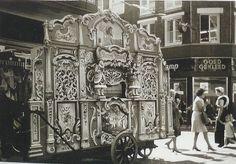 """draaiorgel """"de Sik"""" in de Langestraat 1970"""
