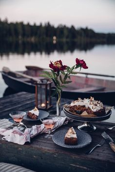 Moon Picnic in Sweden at the Lake - & a delicious Rhubarb-Li.- Moon Picnic in Sweden at the Lake – & a delicious Rhubarb-Lingonberry-Cake with Meringue Moon Picnic in Sweden w/ GF lignonberry cake recipe - Picnic Dinner, Picnic Date, Beach Picnic, Summer Picnic, Picnic Parties, Romantic Picnics, Romantic Dinners, Dream Dates, Meringue Cake