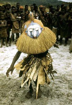 Initiation rituals among Yaka people, near Kasongo Lunda, DR Congo ©Eliot Elisofon. Cultures Du Monde, World Cultures, African Masks, African Art, African Dance, Orisha, Tribal Costume, Art Premier, Art Africain