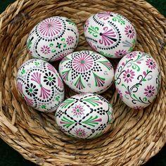Egg Crafts, Diy And Crafts, Egg Designs, Flower Oil, Make An Effort, Egg Decorating, House Plants, Easter Eggs, Holiday Gifts