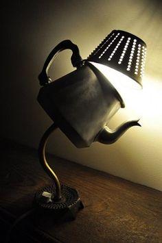 โคมไฟในดีไซน์กาน้ำร้อน เพียงเปิดฝาแสงก็ส่องออกมาเต็มๆ ถ้าไม่เปิดก็จะได้รับแสงอ่อนๆจากรูที่เจอะเรียงรายไว้ สามารถวางตกแต่งได้ทุกที่ของบ้านเลย