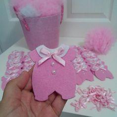 Lembrancinha Distintivos Baby Shower, Baby Shower Crafts, Girl Shower, Baby Crafts, Baby Shower Parties, Felt Crafts, Shower Gifts, Baby Shower Themes, Diy And Crafts