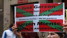 Escraches al ex juez Baltasar Garzon por reprimir y torturar al pueblo Vasco