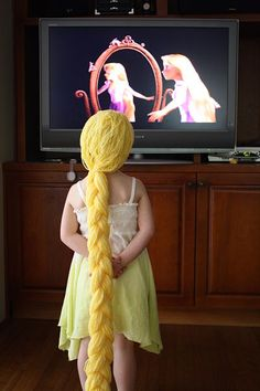 Easy yarn wig tutorial for rapunzel from Tangled. --- Easy yarn wig tutorial for rapunzel from Rapunzel Disney, Rapunzel Wig, Kids Crafts, Projects For Kids, Diy Costumes, Halloween Costumes, Costume Ideas, Halloween Projects, Dress Up Wardrobe