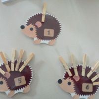 jeu de dénombrement: les hérissons http://cliscachart.eklablog.com/jeu-de-numeration-les-herissons-a112855298