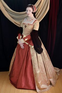 These photos are kind of old now, but it's better to share them late than never, right? This is the finished Tudor ensemble that I spent six months working on. It was made entirely by me and I drafted. Mode Renaissance, Renaissance Costume, Renaissance Clothing, Renaissance Fashion, Tudor Costumes, Period Costumes, Historical Costume, Historical Clothing, Historical Dress