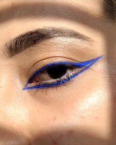 Blue Eyeliner Looks, Bold Eyeliner, Makeup Eye Looks, No Eyeliner Makeup, Crazy Makeup, Blue Makeup, Skin Makeup, Coloured Eyeliner, Purple Eyeliner