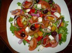 salata de legume cu branza feta Kefir, Caprese Salad, Bruschetta, Ethnic Recipes, Food, Per Diem, Meal, Recipes, Eten
