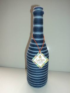 Garrafa de champanhe reciclada, decorada com artesanato de barbante nas cores azul e branca. Excelente para decoração, para jarro com arranjo de flores, centro de mesa, lembrança para eventos..Aceito encomendas em outras cores e em outras garrafas, também para eventos em geral. Maiores quantidades, os preços caem. R$ 25,00