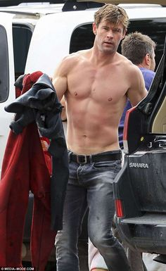 """""""westwallys: """"Chris Hemsworth seen at the beach in Byron Bay, Australia (June """" seriously? hahaha non ho parole…… e mentre non trovo le parole, muoio. Snowwhite And The Huntsman, Hemsworth Brothers, Chris Hemsworth Thor, Just Beautiful Men, Hottest Male Celebrities, Celebs, Australian Actors, Hommes Sexy, Hot Actors"""