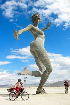 Black Rock City, Nevada - É uma cidade durante uma semana por ano, mas é parada obrigatória. Esta cidade temporária é construída pelos participantes do Burning Man, um festival anual que atrai dezenas de milhares de pessoas para o meio do deserto de Nevada e formam uma comunidade, que se conecta, expressa e parte depois de uma semana sem deixar vestígios.