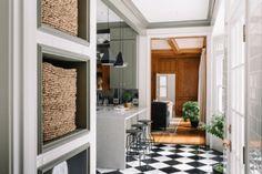 Cozinha clássica e tradicional, super elegante com bancada em silestone.  #cozinha #kitchen #cozinhaamericana #decor #decoração #armários #cinza #casadeblogueira  www.encantadahome.com.br