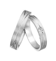 La alianza CRETA es una bella alianza de boda perfecta para él y para ella, con un toque de originalidad en un bello diseño que aúna la más preciosa combinación del oro mate y los diamantes.