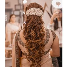 Amp up your diwali look with these super pretty DIY hairstyles! Fabulous and super easy, these styles are definitely one of the top of the 2018 trends Loose Curls Hairstyles, Fancy Hairstyles, Bride Hairstyles, Bridesmaid Hairstyles, Hairstyle Ideas, Indian Bridal Fashion, Indian Bridal Makeup, Curl Styles, Long Hair Styles