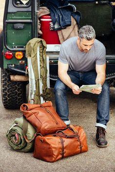 Stijlvol op reis. De bruine leren rugzak en reistas zijn praktisch en stijlvol | Travel with style with a leather backback and leather travel bag