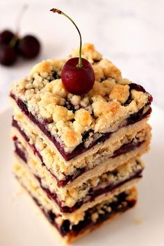 Cherry Pie Crumb Bars Cherry Pie Crumb Bars Recipe - quick and easy crumb bars with fresh cherry filling. Buttery crumb topping and sweet fruit filling make this a perfect summer dessert! Cherry Pie Bars, Cherry Crumble, Fresh Cherry Bars Recipe, Cherry Recipes Using Fresh Cherries, Cherry Pie Crumb Topping, Dried Cherries, Sweet Cherries, Cherry Desserts, Easy Desserts