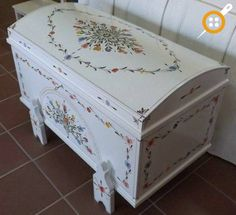 Ahşap sandık boyama modelleri Decopage Furniture, Hand Painted Furniture, Home Furniture, Furniture Design, Trunk Makeover, Sewing Room Decor, Vintage Trunks, Trunks And Chests, Art Drawings For Kids
