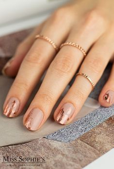 Keep it classy! With our design Classy Copper no problem! For here softes Nude is enhanced by rose gold metallic accents and gives your nails a touch of luxury. Especially on festive occasions is Classy Copper your fingertips elegantly staged. Emerald Nails, Rose Gold Nails, Metallic Nails, Nude Nails, Gold Nail Art, Nail Art Designs, Classy Nail Designs, Colorful Nail Designs, Ongles Baby Blue