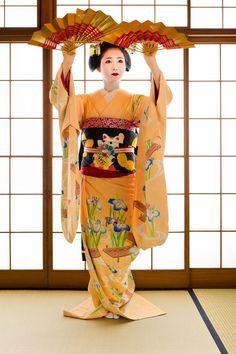 Resultado de imagen de maiko kimono with fan