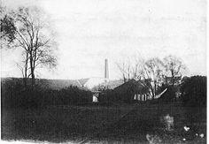la cheminée à droite de l'usine, à droite l'habitation de M. Faure et derrière les arbres le cloché de ST Pierre St Paul