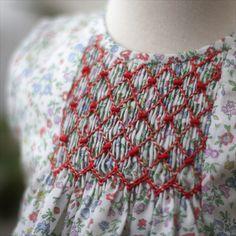@gilda.modainfantil Liberty y un sencillo bordado de Punto Smock