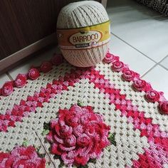 Tapete flor de Maio maravilhoso com Barroco.  Veja a receita da artesã Soraia Bogossian no armarinhosaojose.blogspot.com.br Fios no www.armarinhosaojose.com.br Imagem : Círculo #artesanato #croche #barroco #barbante #circuloprodutos #lovecroche #crocheteira #crochebrasil #saojosearmarinho #decoracao #artesanato #handmade #feitoamao