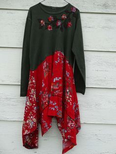 Abheben von der Masse mit einer Art einzigartige Kleid. Die Spitze ist eine komfortable grün stricken mit einer braunen Rebe Applique und