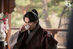 Emperor / Ruler - Owner of the mask Korean Drama 2017, Korean Dramas, Kim Sohyun, Yoo Seung Ho, Kdrama Actors, Emperor, Ruler, Couple Photos, Dragons