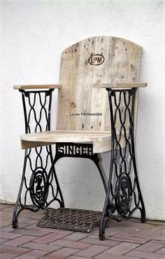 DIY Ideas for Pallet Furniture Projects and Plans. on Wood Pallet Furniture… Pallet Chair, Pallet Furniture, Furniture Projects, Furniture Makeover, Home Projects, Painted Furniture, Pallet Wood, Street Furniture, Furniture Plans