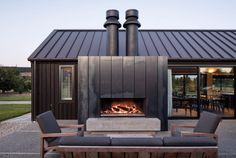Escea EK1550 Outdoor Fireplace Kitchen | Design by Mason and Wales Architects | Photography by Simon Devitt Modern Outdoor Fireplace, Outdoor Living, Outdoor Decor, Outdoor Fireplaces, Fireplace Design, Fireplace Kitchen, Installing A Fireplace, Fire Table, Deck With Pergola