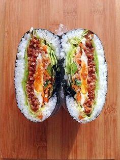 楽天が運営する楽天レシピ。ユーザーさんが投稿した「簡単☆ビビンバ的おにぎらず♪」のレシピページです。夕食の取置きナムルとそぼろを合わせてビビンバ的おにぎらず(^ν^)。おにぎらず。ごはん,海苔,豚ひき肉,たまご,レタス,ナムル,マヨネーズ,☆しょうゆ・みりん・さとう,☆酒,塩コショウ