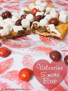 Day dinner Valentines Day Smore Bark - Make up a batch of this sweet St. Valentines Day treats for your sweetie. Fun Valentines Day Ideas, Valentines Day Treats, Romantic Dinner For Two, Romantic Dinners, Best Dinner Recipes, Snack Recipes, Snacks, Us Foods, Food To Make