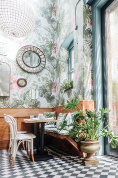 Jungle wallpaper restaurant - Green is the new Black – La déco passe au Vert Cafe Interior, Best Interior, Interior And Exterior, Interior Design, Tropical Interior, Tropical Decor, Deco Restaurant, Restaurant Design, Deco Design