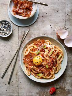Nouilles udon au kimchi et jaune d'oeuf - Découvrez comment réaliser facilement une recette de nouilles udon au kimchi et jaune d'oeuf en suivant les étapes simples de notre préparation. Un délicieux plat qui plaira à tous !
