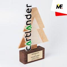 Statuetka dla Cartlander, kształtem choinki nawiązująca do związanej z obróbką drewna działalności firmy. Wykonana ze sklejki, opatrzona dwuelementowym, wyciętym z kolorowej pleksi logotypem przedsiębiorstwa. Drewniana podstawa opatrzona grawerowaną tabliczką z laminatu. Statuetka może zostać zmodyfikowana według wytycznych klienta.