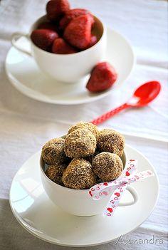 Strawberry Truffles - The tastiest and easiest summer dessert! Apple Dessert Recipes, Fudge Recipes, Candy Recipes, Strawberry Truffle, Easy Summer Desserts, Truffle Recipe, Cake Truffles, Chocolate Coating, Homemade Candies