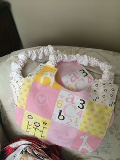 Binky Bib/Elastic Bib Patterns (FREE) what. Quilt Baby, Crochet Baby Bibs, Sew Baby, Baby Bibs Patterns, Diy Baby Bibs Pattern, Crochet Patterns, Bib Pattern, Baby Sewing Projects, Sewing Ideas
