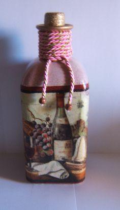 Botella en colores vino y decorada con bodegón.                                                                                                                                                                                 Más