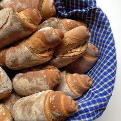 Heute gibt es das versprochene Rezept für die Dinkelrollbrötchen, die auch wieder mit einer Übernachtgare im Kühlschrank perfekt vorzuberei...