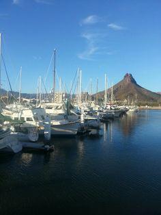 Barcos y montaña en San Carlos