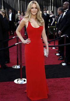 De Oscar:Jennifer Lawrence-Minimal, sin adornos, sencilla pero irresistible. Este fue su look de Calvin Klein en los Oscar 2011. La melena suelta y con volumen es su mejor peinado.