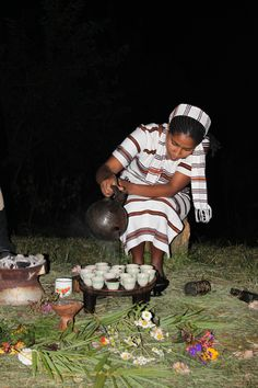 Äthiopien ist das Ursprungsland des Kaffees. Aus dieser Zeit erhalten geblieben ist die traditionelle äthiopische Kaffeezeremonie, bei der frisch gerösteter Kaffee in einer besonderen Kanne, der Jabana, ausgeschenkt wird - ein ganz besonderes Erlebnis. Foto: Traditionelle Kaffeezeremonie © African Dreams Hipster, Style, African Cuisine, Fresh, Kaffee, Drinking, Essen, Swag, Hipsters
