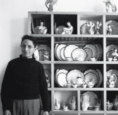 Isaac Diaz Pardo(1920-2012) explora las posibilidades de la cerámica desde finales de los años 40,cuando cambia Madrid y sus pinceles por su Galicia natal,donde se dedicaría al diseño de objetos para su reproducción en serie.Obradoiro do Castro y Porcelanas Magdalena(Argentina),serán las primeras fábricas que funda.