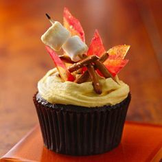 Fun cupcake recipes like Campfire S'mores Cupcakes will have you wanting to spend the summer in front of the oven rather than the actual campfire. These aren't just kids cupcakes, have fun this camping season! Campfire Cupcakes, Campfire Cake, Bonfire Cake, Cupcake Recipes, Dessert Recipes, Party Recipes, Cupcake Cookies, Cupcake Wars, Let Them Eat Cake