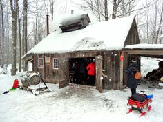 canada cabane a sucre - Maple syrup sugar shack Canoe Shop, Sugar Bush, Amish Farm, Small Log Cabin, Cabins In The Woods, Little Houses, Farm Life, Interior And Exterior, Sugaring